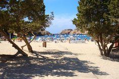 Cala Vadella; gezellig strand met wat winkeltjes en restaurantjes