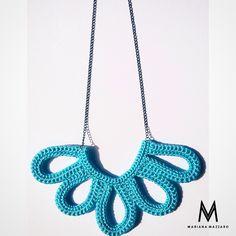 Colar de #crochet Emily. Cor: azul claro com corrente preta. #handmadeforyou