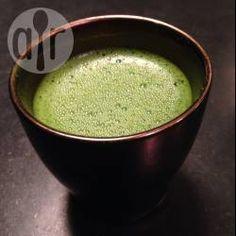 Matcha Zubereitung / Ich hab mir das Matcha Tee trinken angewöhnt, macht süchtig! Wie man ihn richtig zubereitet hab ich hier aufgeschrieben. Man braucht eine Schale, einen Spatel und einen Bambusbesen (Cha-sen). @ de.allrecipes.com