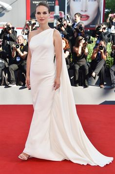 Venice Film Festival 2016 - Natalie Portman on red carpet - VanityFair.it