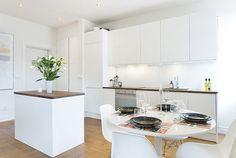 Cool 46 White Scandinavian Kitchen Decoration Ideas http://toparchitecture.net/2018/01/10/46-white-scandinavian-kitchen-decoration-ideas/