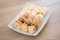 Na szybko, na słodko i dla każdego! Składniki: Banany należy obrać ze skórki, podzielić na pół, a następnie obtoczyć w serku mascarpone lub w kremie orzechowym. Wysmarowany banan posypać rozdrobnionymi herbatnikami / wiórkami kokosowymi etc. Włożyć do lodówki na ok.20 minut, wyjąć i pokroić n