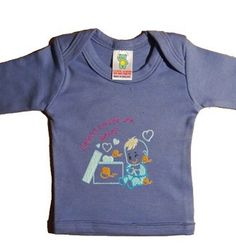 """Un regalo de bebé especialmente pensado para los chiquitajos más monos. Esos que no tienes más remedio que llenarlos de besos porque te los comerías sin remedio. Esta camiseta original para bebé es muy divertida y tierna. ideal para hacer un regalo de bebé. Así que la hemos preparado en un montón de colores con un dibujito muy chulo, y la frase """"Coleccionista de besos"""" bordada en la parte de delante."""