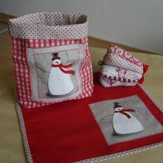 Prostírání se sněhulákem (20% sleva) Prostírání je ušité ze 100% bavlny a je vystuženo tenkým nažehlovacím vatelínem. Rozměry jsou 30 cm na 30 cm. Lze prát na 40 stupňů. Pytlíky najdete zde.  !!!VÁNOČNÍ AKCE!!! Od 1.10.2013 do 1.1.2014 20% sleva na veškeré zboží. Do objednávky prosím zadejte kodFUW-YY3-GSX. !!!AKCE!!! Při objednávce nad 600,- jepoštovné ...
