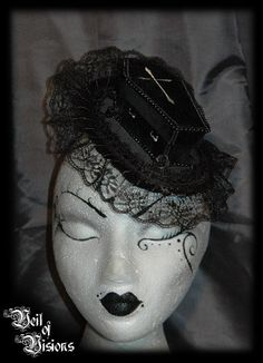 Beautiful, morbid and gothic! The perfect Gothic / Schwarze Szene piece! A gothic coffin in with a silver cross, surrounded by beads, roses and lace! With a lid that can be opened and small things can be stored in the coffin!