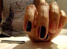 Os adesivos de unha são uma mão na roda para quem gosta de decorar as unhas. Rápido e prático, as unhas ficam estampadas com um desenho mais lindo que o outro em apenas poucos minutos.