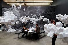 Cloudy House        Alors que nous parlions récemment de son projet On Space Time Foam, l'artiste Tomás Saraceno a réalisé cette superbe installation au Andersen's Contemporary GmbH de Berlin. Appelée « Cloudy House », cette œuvre composée de nuages géométrique de papier.
