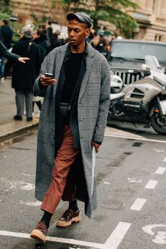 As the fashion marathon enters week two, here are our favorite looks from Paris, from extra-chunky sneakers to extremely touchable topcoats. Best Street Style, Cool Street Fashion, Street Styles, Mode Masculine, Streetwear, Stylish Men, Men Casual, Casual Wear, Look Man