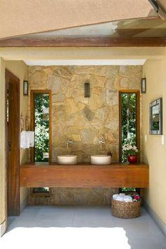 CASA J l C CONDOMÍNIO RETIRO DO CHALÉ {ÁREA DE LAZER}: Banheiros campestres por CAMILA FERREIRA ARQUITETURA E INTERIORES