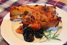 Questo buonissimo piatto è ideale da servire con un buon purè di patate o delle patate arrosto.  Ingredienti per 2 persone  -2 stinchi di maiale -80g di lardo -un rametto di rosmarino -uno spicchio d'aglio -12 albicocche secche -8 prugne secche -2 foglie di alloro -1/2 ll di vino bianco -olio evo -sale q.b. -pepe q.b. Tandoori Chicken, Meat, Aglio, Ethnic Recipes, Food, Essen, Meals, Yemek, Eten