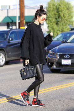 When You Don't Know What to Wear, Take Inspo From Kendall Jenner December 2016 Kendall looked oh so chic wearing an oversized knit sweater, leather pants, red and black Nike Air Jordan 1 sneakers, topping off the look with a mini Hermès bag. Red Sneakers Outfit, Sneaker Outfits Women, Sneakers Fashion Outfits, Nike Outfits, School Outfits, Women's Sneakers, Outfits With Jordans, Pants Outfit, Nike Air Jordan