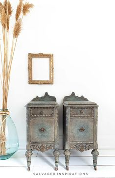 Antiqued Glaze on Nightstands Vanity turned into Vintage Nightstands. Antiqued Glaze on Nightstands before and after | Salvaged Inspirations #siblog #salvagedinspirations #paintedfurniture #beforeandafter #furniturepainting #dixiebellpaint #glazing #glazingfurniture #furniturepaintingtutorials Glazing Furniture, Chalk Paint Furniture, Furniture Makeover, Diy Furniture, Furniture Design, Diy Painting, Painting Tricks, Painting Techniques, Painted End Tables