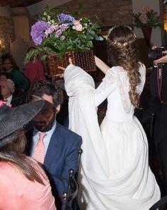 Hoy publicamos una de esas bodas con las que tienes un flechazo absoluto. Nos enamoramos de la diadema de colores de Bea y su maravilloso vestido, pero cunado vimos todas las fotos supimos que os iba a encantar. Su ramo, su trenza deshecha y todos los detalles de deco os dejarán sin habla. ¡Así que … Continued