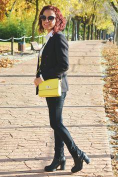 Look monocromático y bolso amarillo