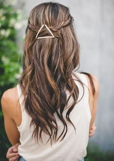 Interesting Ways To Use Bobby Pins -- Geometric Trick -- Using bobby pins create geometric shapes on your hair to add a minimalistic but stylish accessory to your hairdo. Choose bobby pins of contrasting color that will be visible against your hair color. Good Hair Day, Great Hair, Pretty Hairstyles, Easy Hairstyles, Wedding Hairstyles, Summer Hairstyles, Hairstyle Ideas, Hairstyles 2016, Bridesmaid Hairstyles