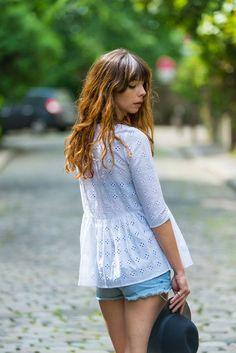 Blouse taille froncée forme trapèze, épaules ajustées puis la blouse part en s'évasant jusqu'à la taille.MANCHES COURTES par défaut, manches 3/4 en optionLongueur de la blouse: environ 65cmTissu: Coton brodéLavable à la mainHésitation pour la taille