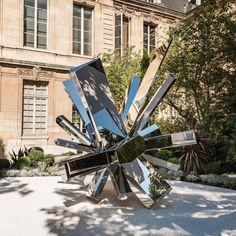 """""""Rock Groth"""" est une grande structure imaginée par le designer d'origine Israélienne Arik Levy et réalisée par la Tôlerie Forézienne. Haute ..."""
