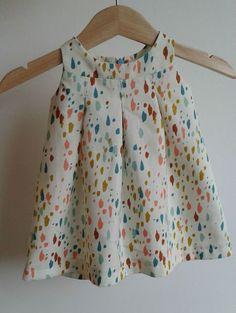 Babykleertjes naaien,een mens wordt er vrolijk vanZeker als je er een vrolijk stofje voor gebruiktzoals dit gekoesterde lapje van Cotton & Steel Met een Janneke kon het niet misgaan Ik maakte het