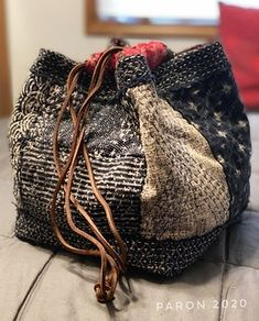 Diy Rice Bags, Crochet Dragon Pattern, Boro Stitching, Japanese Bag, Scrap Fabric Projects, Fabric Embellishment, Textiles, Japanese Embroidery, Patchwork Bags