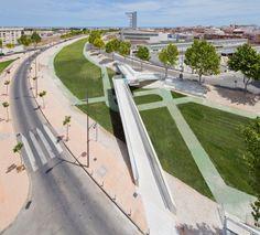 Kiss Bridge / Joaquin Alvarado Bañon