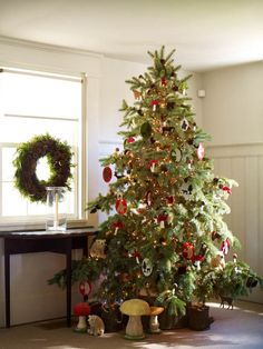 50 Beautiful Christmas Home Decoration Ideas From Martha Stewart are simple yet elegant ideas that you can use to decorate your home for Christmas. Give your holiday a little shimmer.