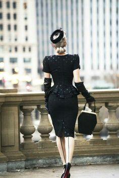 Ganz in schwarz von hinten - Uñas Coffing Maquillaje Peinados Tutoriales de cabello Vintage Glamour, Vintage Lingerie, 1940s Fashion, Vintage Fashion, Beautiful Dresses, Nice Dresses, Robes Pin Up, Vintage Dresses, Vintage Outfits