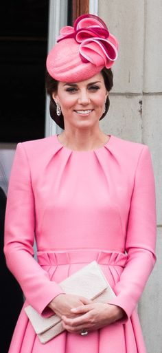 Alexander McQueen pink paperbag-waist pleated dress Kate Middleton Outfits, Vestidos Kate Middleton, Kate Middleton Stil, Carole Middleton, Alexander Mcqueen Kleider, Princesa Kate Middleton, Estilo Real, Princess Kate, Royal Families