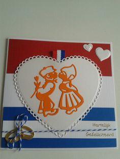 Trouwkaart voor hollands echtpaar. Op achtergrond vlag en hart met paartje en ringen.