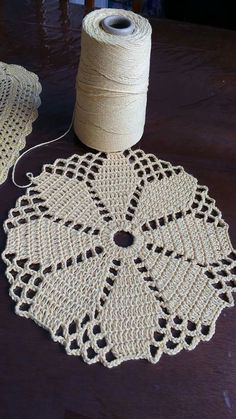 This Pin was discovered by Sto Filet Crochet, Crochet Round, Crochet Squares, Thread Crochet, Lace Doilies, Crochet Doilies, Crochet Flowers, Crochet Lace, Crochet Bedspread