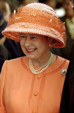 In Queen Elizabeth II was selected as one of the world's most glamorous women by fashion magazine Vogue. Many agree she made the list not for her clothes, but for her confidence & personal style. Die Queen, Hm The Queen, Royal Queen, Her Majesty The Queen, Save The Queen, Prinz Charles, Prinz William, Reine Victoria, Queen Hat
