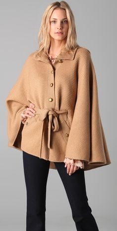 love this rachel zoe cape Knitted Cape, Wool Cape, Cape Coat, Cold Weather Outfits, Retro Chic, Rachel Zoe, Autumn Fashion, Style Inspiration, Fashion Outfits