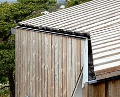 Integrert takrenne Exterior Wall Cladding, House Cladding, Metal Facade, Timber Cladding, Wood Architecture, Architecture Details, Industrial Office Design, Roof Detail, Garden Buildings