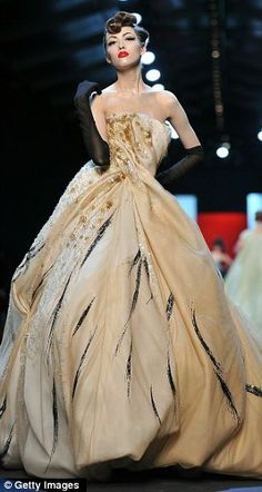 "John Galliano for Christian Dior Couture ""Inspired by the illustrations of René Gruau, whose work was synonymous with the French fashion house from 1947 onwards, the elaborate creations had a distinctly painterly feel. Christian Dior Couture, Dior Haute Couture, Christian Dior Vintage, Dior Fashion, Runway Fashion, Club Fashion, 1950s Fashion, Paris Fashion, Beautiful Gowns"