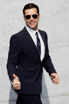 Dios mio, Ricky Martin!!! My one true love...whose gay...and 40... Sharp Dressed Man, Well Dressed Men, Looks Cool, Men Looks, Mens Fashion Suits, Mens Suits, Armani Suits, Look Formal, Fashion Moda