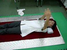 ストレートネックの治し方としては、ストレッチが一番有効です。バスタオルで首枕を作って、リラックスさせることが、頚椎ヘルニアをはじめとして、肩こりにも有効なんですよ。ストレートネックの治し方を紹介します。ぜひお試しください ...