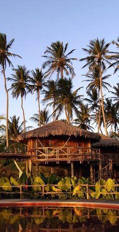 VILA KALANGO-Praia de Jericoacoara-5.000m2 de area-Estilo rustico-24 acomodacoes entre apartamentos, palafitas e bangalôs, todos decorados em palha e tijolos de argila  vermelha, algumas c/ ar condicionado-Nao possuem TV-Dispoe de:Piscina-Lounge c/ redes e sofas-Salao de jogos-Sala de TV-Sala de massagem-Escola de WIndsurf e Kitesurf-loja de artesanato- 300Km de Fortaleza(FOR) www.plantur.com.br