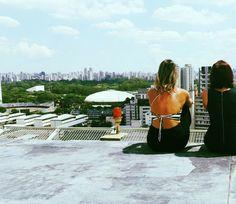 A cidade de São Paulo pode ser caótica mas não para de nos surpreender. Onde tem foi dia de falar de blog e conhecer novos hotéis. De repente esta vista incrível da cidade. De um lado a Av. Paulista do outro o Parque do Ibirapuera.  Sempre que a @anapaulafavero_ vem para São Paulo a gente que mora na cidade acaba descobrindo novos lugares.  Há vários roof tops em São Paulo. Temos algumas dicas no blog Mari pelo Mundo. #rooftop #saopaulo #travelblog #instatravel #travelgram #ilovesampa #sampa…