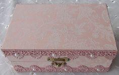 Caixa em MDF forrada com tecido 100% algodão com apliques em pérolas e renda.