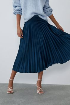 High waist midi skirt with invisible side zip fastening. Blue Pleated Skirt, Pleated Skirt Outfit, Satin Skirt, Women's Skirts, Fashion Mode, Modest Fashion, Look Fashion, Blue Skirt Outfits, Winter Skirt Outfit