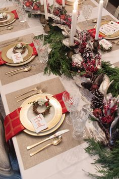 Simple and elegant Christmas dinner table ideas Christmas Table Settings, Christmas Tablescapes, Christmas Table Decorations, Decoration Table, Holiday Decor, Holiday Tables, Christmas Party Table, Table Centerpieces, Wedding Centerpieces