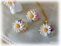 mieです繊細なレース糸で編んだ小さなお花たちのアクセサリーFlowergardenシリーズのご紹介ですカモミールのリングフリーサイズですミニブローチやネ...