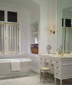 salle de bain rétro sophistiquée baignoire-îlot-coiffeuse