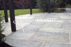 """Pavimento in quadrettoni di pietra di luserna blu, posa alla """"romana""""."""