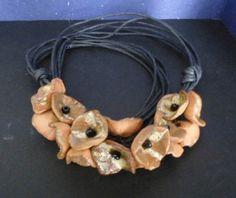 keramický+náhrdelník+Náhrdelník+je+vyroben+z+malinkých+keramických+kytiček,+ozdobených+malým+černým+korálkem.+Kytičky+jsou+navázány+na+povoskované+černé+provázky.+Náhrdelník+je+zakončen+stříbtnými+kaplíky+se+zapínáním+na+karabinku.+Je+jedinečným,+originálním+náhrdelníkem...........který+nelze+přehlédnout.+ve+stejném+provedení+i+vyroben+červený...
