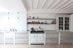 Ruime keuken in neutrale tinten