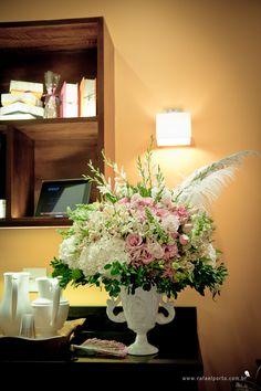 Arranjo de flores assinado pela decoradora Ana Hoffmann com peças da Secrets de Famille, que tem lindas opções de louça e mobília para a casa em estilo provençal #flores #secretsdefamille #anahoffmann #colherdechanoivas #paradis #rafaelportofotografiasocial