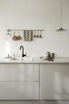 Wijzinkees / spring moods / Simple minimalist grey kitchen design – The World Interior Design Minimalist, Interior Design Tips, Interior Design Kitchen, Interior Inspiration, Home Interior, Grey Kitchen Designs, Rustic Kitchen Design, Kitchen Grey, Chic Retro