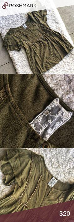 Sadie and Sage Green Peasant Top Single button clasp - Peasant style - Flows - Preloved - Size Medium - 100% Polyester - Sadie & Sage Tops Blouses