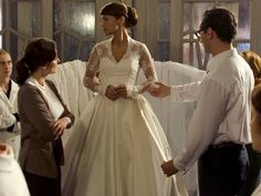 Justo el día antes de la boda, el vestido de Cristina ha desaparecido. Los empleados de las galerías solo tendrán una noche para tratar de encontrar una solución. Por desgracia para Ana, el destino ha querido que tenga que colaborar en salvar la ceremonia. - ANTENA 3 TV