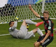 Semifinal Brasil 1 - Alemania 7: Müller celebra su gol frente al porteroJulio César..